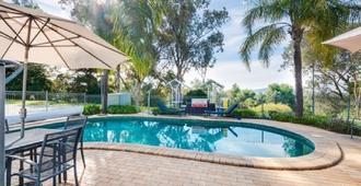 商务高尔夫度假酒店 - 奥尔伯里 - 游泳池