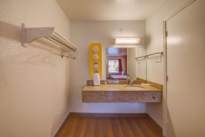 诺福克6号汽车旅馆 - 诺福克 - 浴室