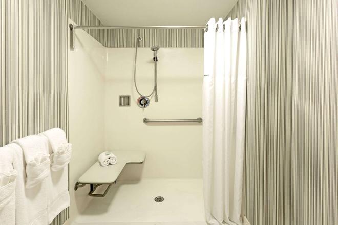 温德姆花园诺福克市中心酒店 - 诺福克 - 浴室
