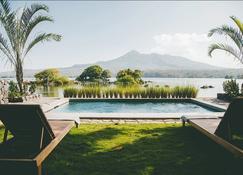 伊瑟勒塔埃斯皮诺生态小屋旅馆 - 格拉纳达 - 游泳池