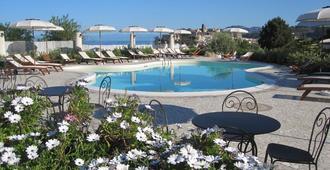 布干维尔酒店 - 利帕里 - 游泳池