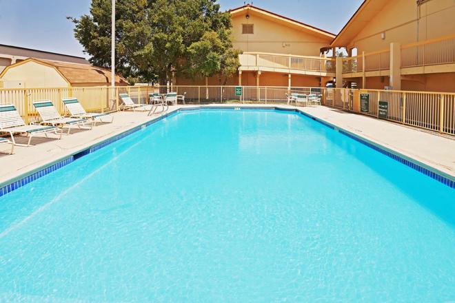 阿马里洛市中心温德姆拉昆塔酒店 - 阿马里洛 - 游泳池