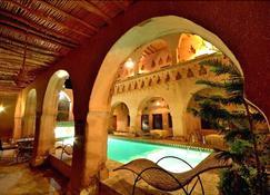 里亚德马克图博酒店 - 瓦尔扎扎特 - 游泳池