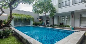 禪室飯店 - 水明漾梅爾塔那迪 - 库塔 - 游泳池