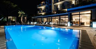 加尔达宫殿公寓 SPA 酒店 - 代森扎诺-德尔加达 - 游泳池