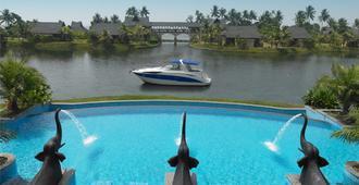 喀拉拉邦祖里库玛拉孔Spa度假酒店 - 库姆阿拉康 - 游泳池