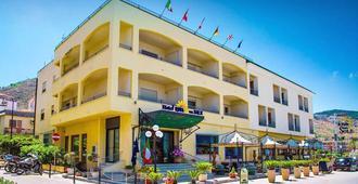 里瓦德尔索尔酒店 - 切法卢 - 建筑