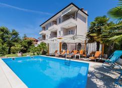 马力昂别墅酒店 - 罗维尼 - 游泳池