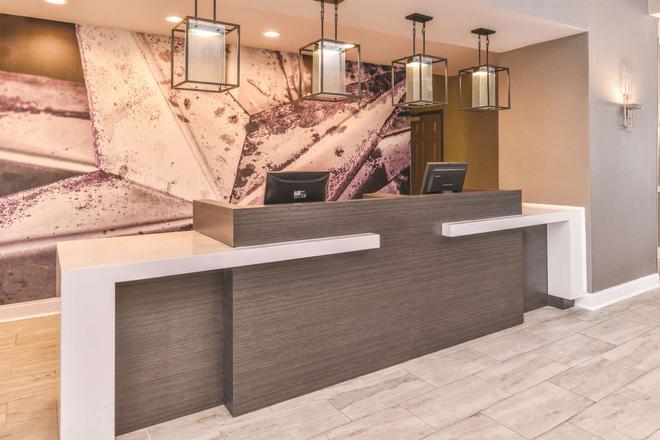 阿比林购物中心温德姆拉昆塔套房酒店 - 阿比林 - 柜台