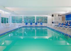 法尔茅斯科德角假日酒店 - 法尔茅斯 - 游泳池