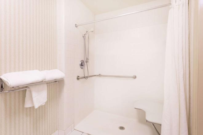 美肯西速8酒店 - 梅肯 - 浴室