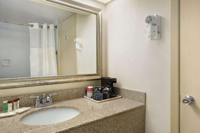 西棕榈滩机场华美达酒店 - 西棕榈滩 - 浴室