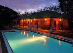 丹布拉总督甘古拉度假别墅 - 丹布勒 - 游泳池