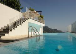 幡然瓦罗别墅酒店 - 拉韦洛 - 游泳池