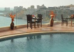 好莱坞精品酒店 - 朱尼耶 - 游泳池