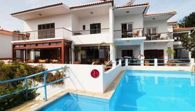 鲁思坦尼亚别墅酒店 - 丰沙尔 - 游泳池