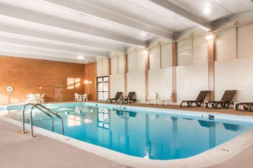 奥马哈康福特茵酒店 - 奥马哈 - 游泳池