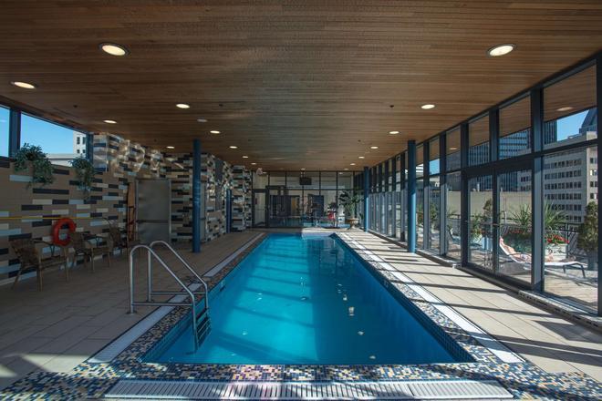 菲利普斯乐广场及套房酒店 - 蒙特利尔 - 游泳池