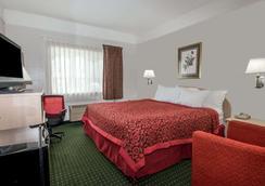 堪萨斯城国际机场戴斯酒店 - 堪萨斯城 - 睡房