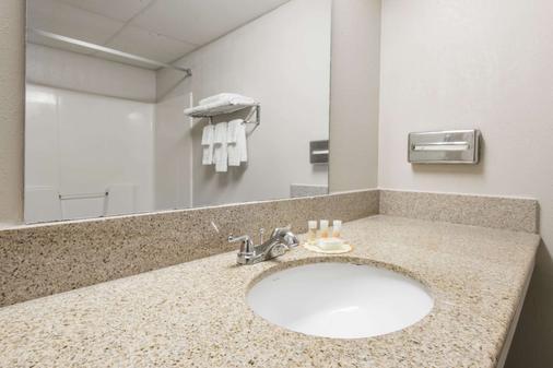 堪萨斯城国际机场戴斯酒店 - 堪萨斯城 - 浴室