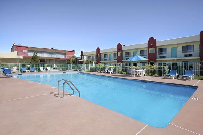圣达菲墨西哥戴斯酒店 - 圣达菲 - 游泳池