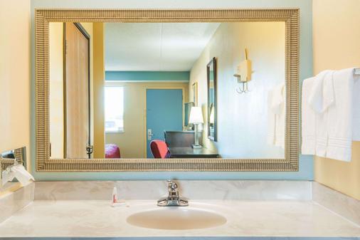 代顿胡伯高地戴斯酒店 - 代顿 - 浴室
