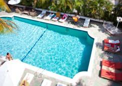 多切斯特套房酒店 - 迈阿密海滩 - 游泳池