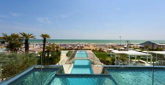 太阳酒店 - 耶索洛 - 游泳池