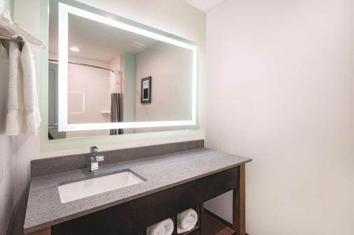 田纳西克里夫兰温德姆拉昆塔套房酒店 - 克利夫兰 - 浴室