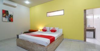 雷农城市人家酒店 - 登巴萨 - 睡房