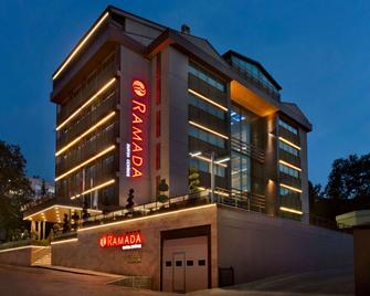 布里萨克基尔吉温德姆华美达酒店 - 伯萨 - 建筑