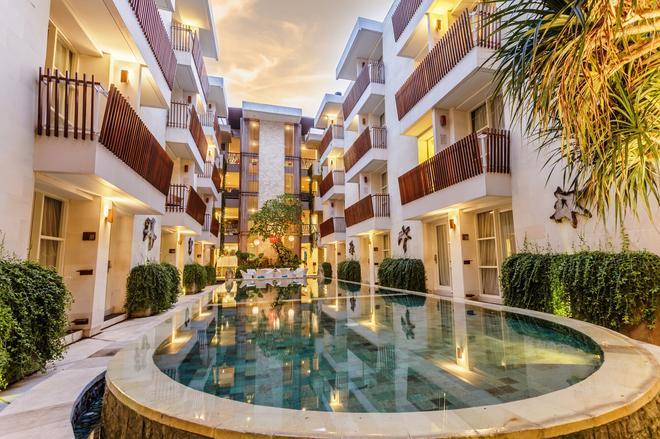 阿迪海亚日落酒店 - 库塔 - 游泳池