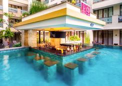 巴厘岛阿斯顿库塔酒店 - 库塔 - 游泳池