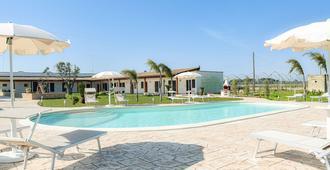 伊尔蒙杜代索格尼酒店 - 切萨雷奥港 - 游泳池