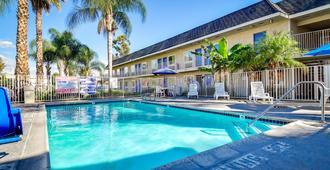 里弗赛德南6号汽车旅馆 - 里弗赛德 - 游泳池