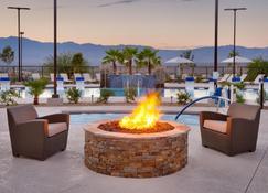 内华达州梅斯基特智选假日酒店及套房 - 梅斯基特 - 游泳池
