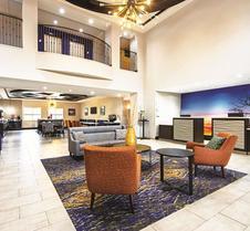 麦金尼拉金塔旅馆及套房酒店