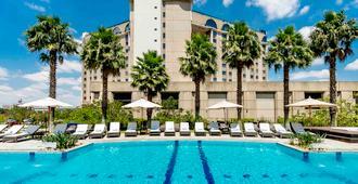 圣保罗瓜鲁柳斯机场铂尔曼酒店 - 瓜鲁柳斯 - 游泳池