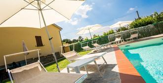 梅斯塔迪库蒂诺住宿加早餐旅馆 - 阿雷佐 - 游泳池