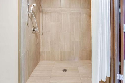 卡拉马祖百摩套房旅馆 - 卡拉马祖 - 浴室