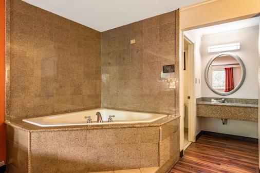 加特林堡大烟山6号汽车旅馆 - 加特林堡 - 浴室