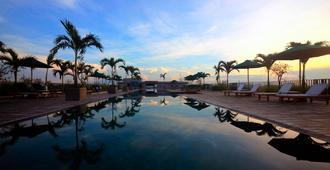 巴厘岛水明漾乌帕萨酒店 - 库塔 - 游泳池