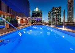 布里斯班乔治国王广场美居酒店 - 布里斯班 - 游泳池