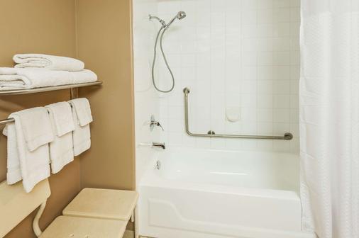 速8酒店卡尔加里机场 - 卡尔加里 - 浴室