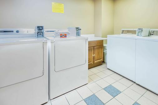 速8酒店卡尔加里机场 - 卡尔加里 - 洗衣设备