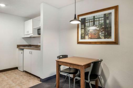 北莱克兰郊区长住公寓酒店 - 莱克兰 - 睡房