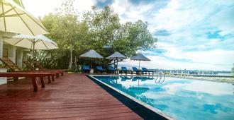 天城湖度假酒店 - 尼甘布 - 游泳池