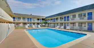 威奇托机场6号汽车旅馆 - 威奇托 - 游泳池