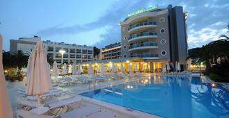 帕萨沙滩酒店 - 式 - 马尔马里斯 - 游泳池