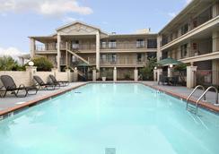 莫比尔戴斯酒店及套房酒店 - 莫比尔 - 游泳池